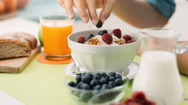 Lo importante es consumir una variedad de productos ricos en flavonoides, dicen los investigadores. GETTY IMAGES