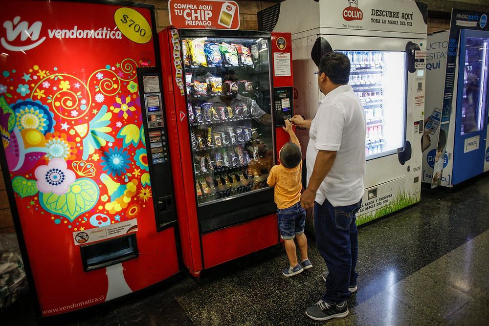 El helado, los chocolates y las papitas no pueden ser publicitados en programas de televisión o sitios web para el público infantil. Credit Víctor Ruiz Caballero para The New York Times