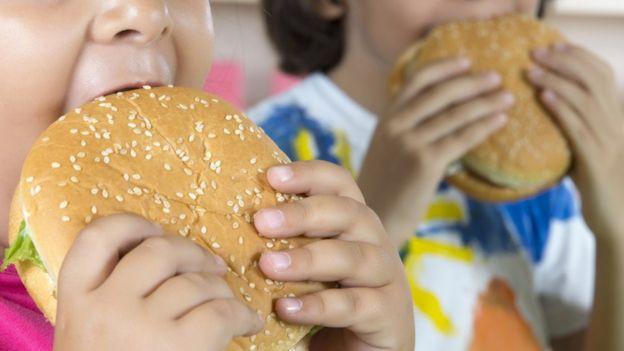El bajo precio de la comida poco saludable está vinculado a un mayor riesgo de obesidad en la población de bajos recursos. GATTY IMAGES