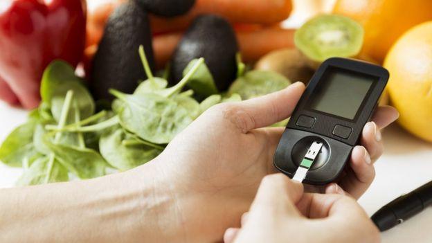 GETTY IMAGES Image caption No tener horas regulares para nuestras comidas puede aumentar el riesgo de padecer enfermedades como la diabetes.