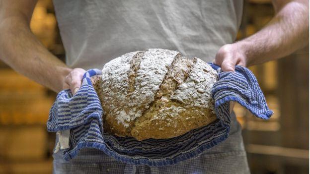 Absorber más hierro... qué buena excusa para hincarle el diente a un pan como este (si es que está fortificado). PIDJOE / GETTY IMAGES