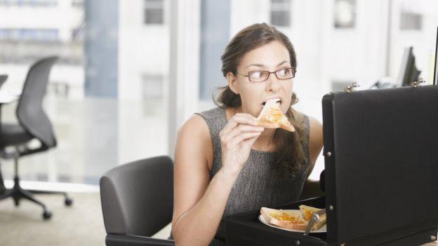 Los empleadores deben esforzarse por subvencionar y promover una alimentación más saludable en el lugar de trabajo. GETTY IMAGES Image caption