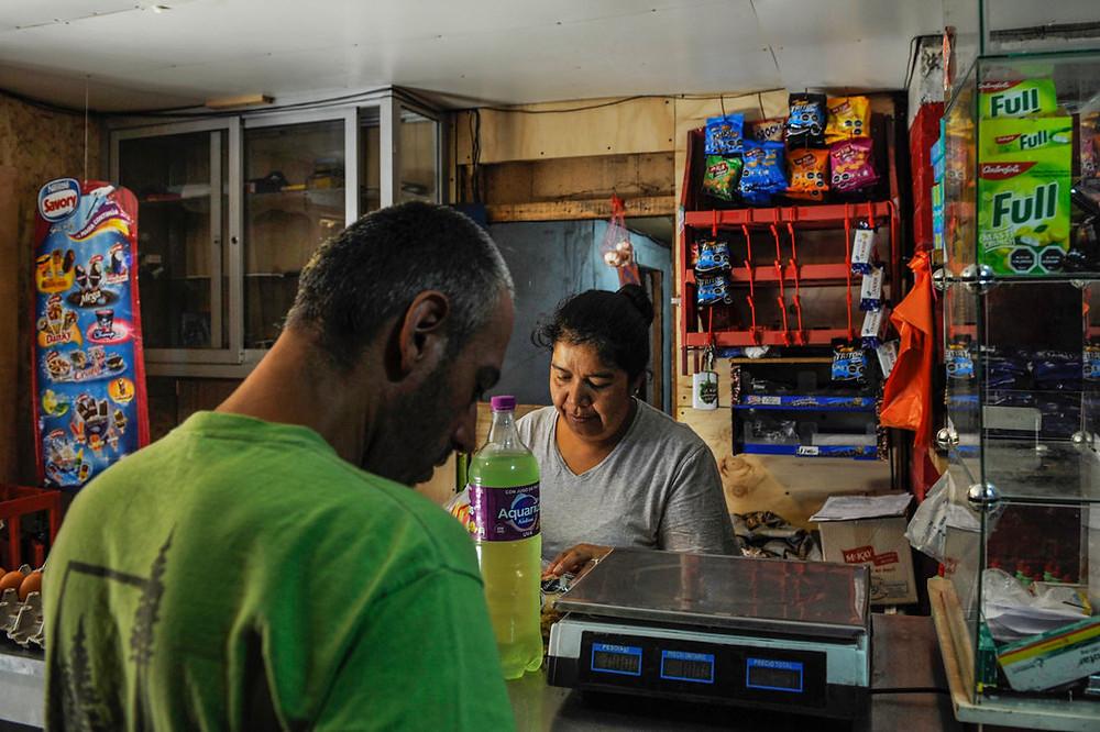 En muchas tiendas de abarrotes pequeñas solo se venden comidas procesadas y empaquetadas. Credit Víctor Ruiz Caballero para The New York Times