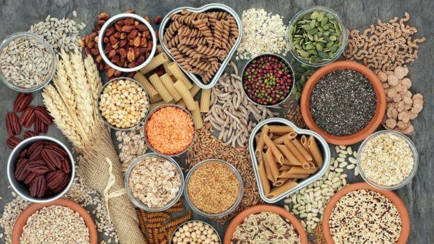 GETTY IMAGES Image caption Las dietas bajas en carbohidratos están de moda, pero debería tenerse en cuenta lo que uno pierde al dejar de comer alimentos integrales.