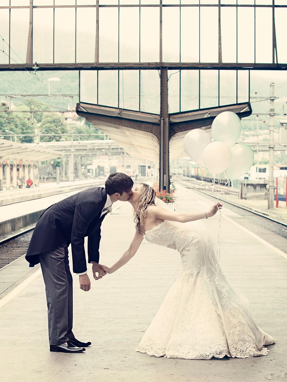 Nygift på togstasjon