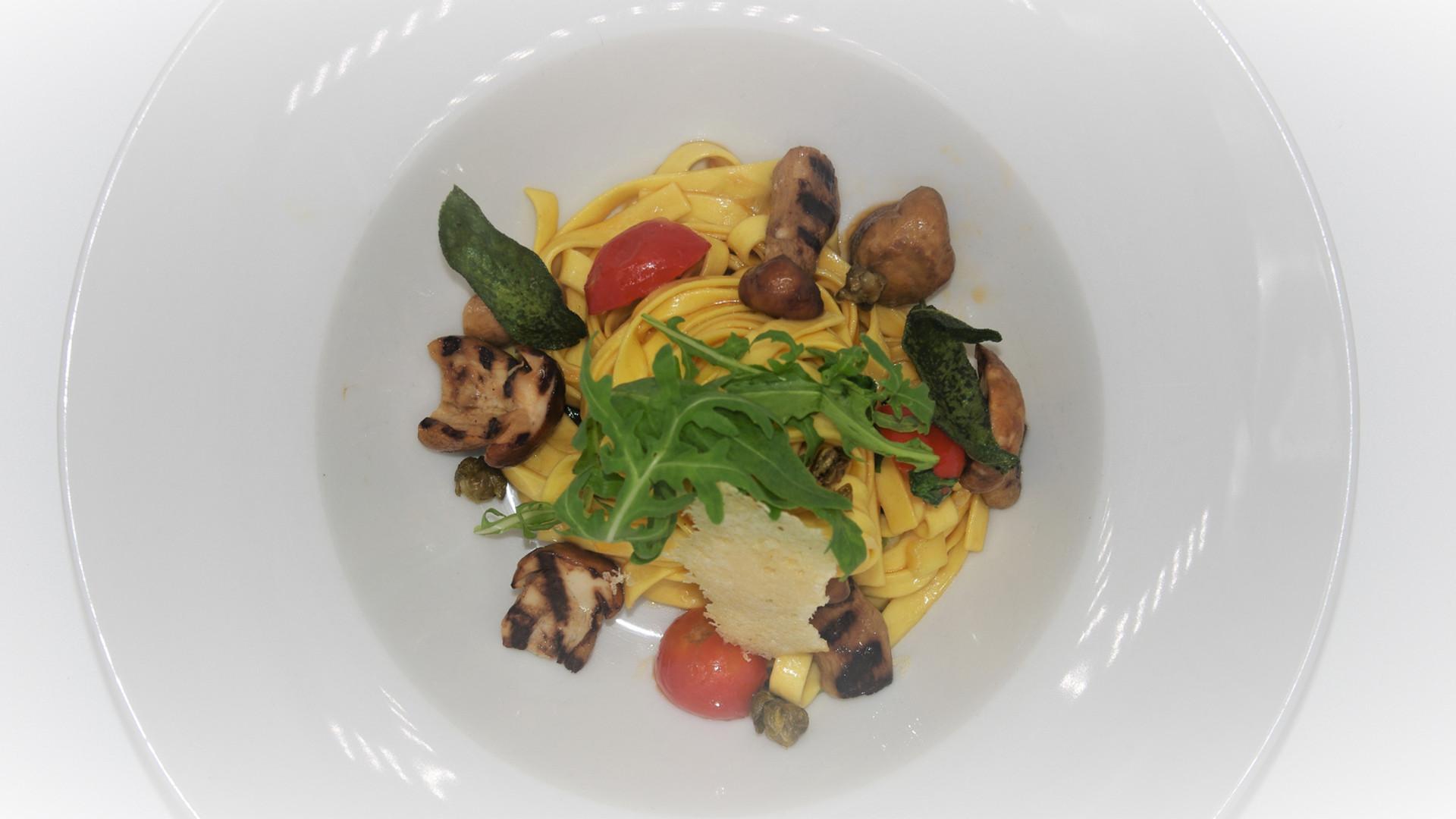 Tagliatelle mit Steinpilzen, Tomaten und Parmesan