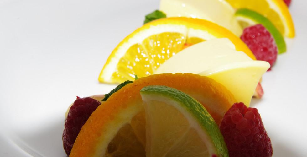 Buntes Sommer-Dessert mit Panna Cotta und frischen Früchten
