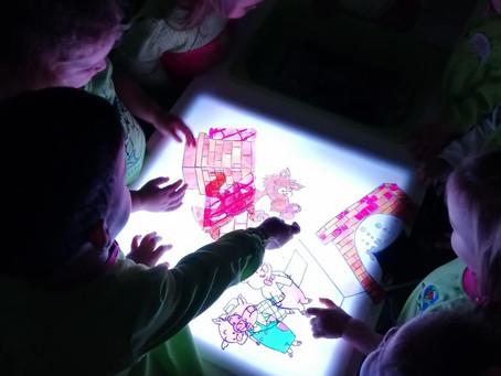 Beneficios de utilizar mesas de luz en centros infantiles