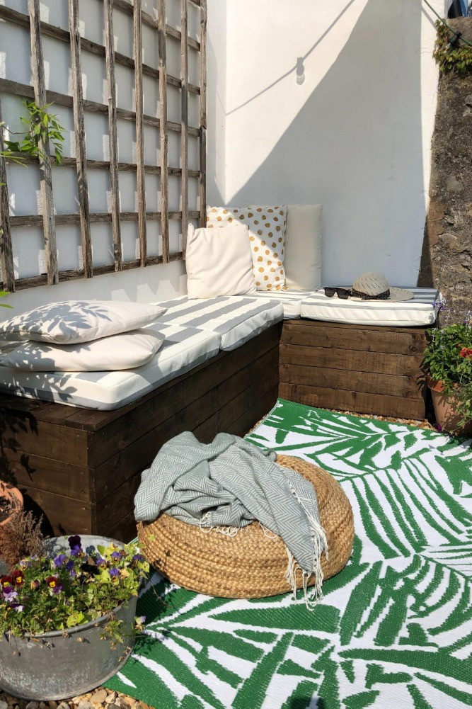 outside space yard terrace DIY palette seating outdoor rug