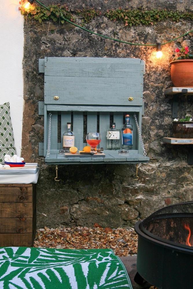 palette bar in garden DIY outside space G&T bar