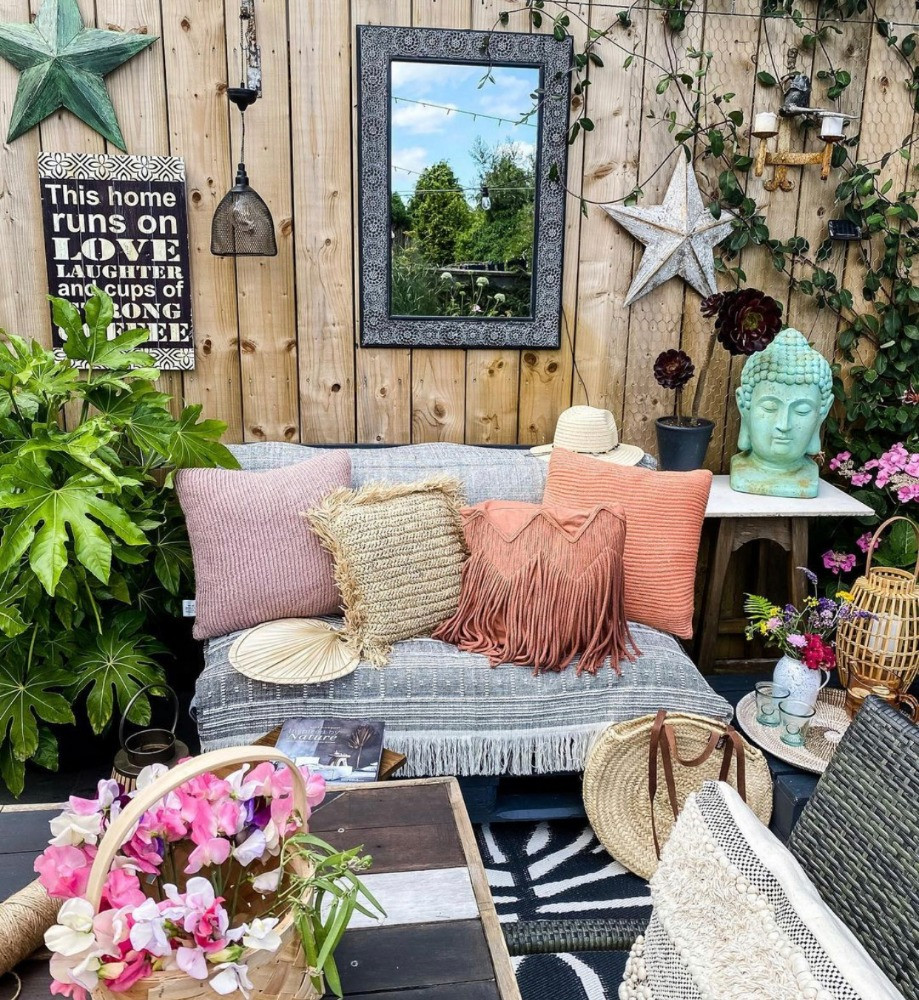 garden outdoor sitting room DIY palette furniture palette timber wall