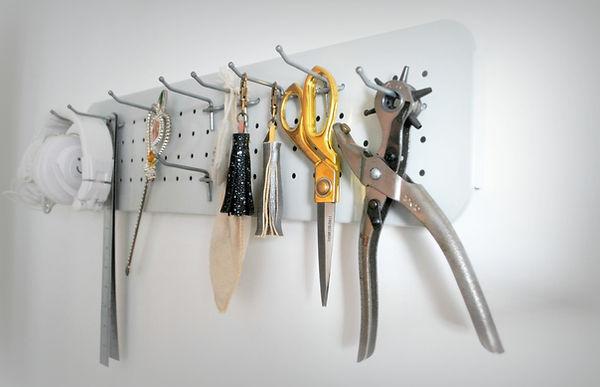 רוני עוזיאל | מעצבת תכשיטים בעבודת יד. תכשיטים מינימליסטים, נשיים ורכים עם נגיעות אורבניות צבעוניות. הסטודיו