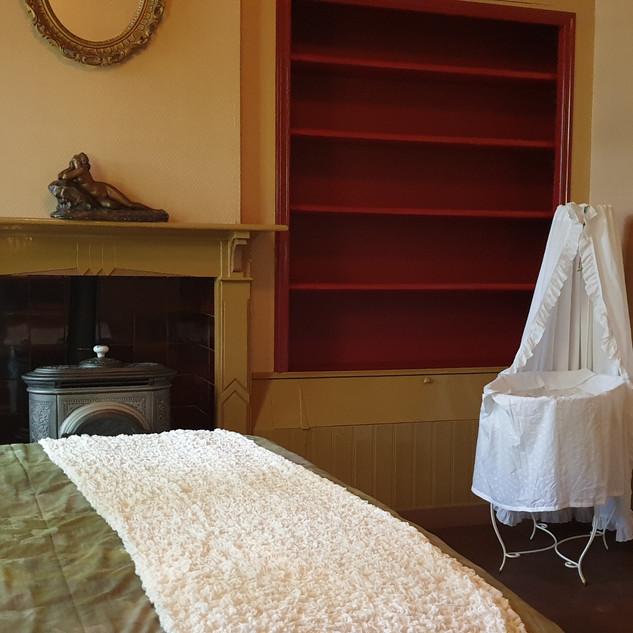 slaapkamer met baby-wiegje