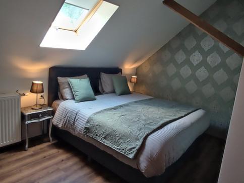 Zilver/groene slaapkamer met kinder ledikant