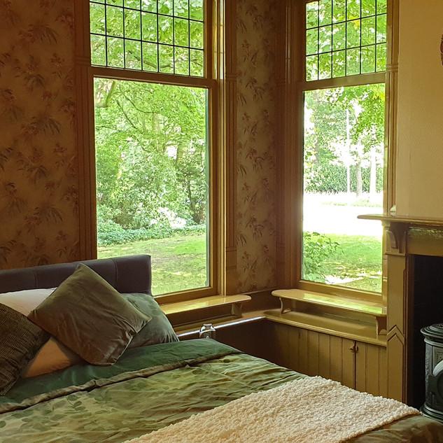 Stijlvolle slaapkamer met haard en en-suite kinderkamer