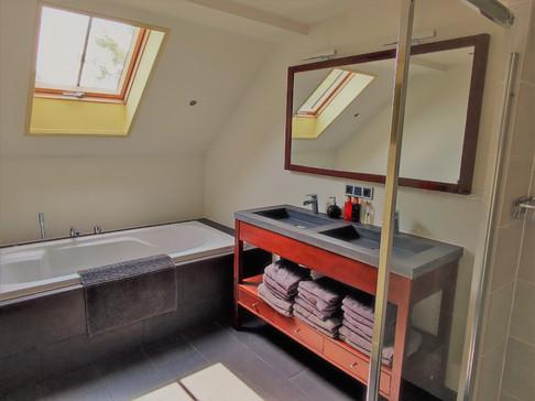 Gezamenlijke badkamer oude voorhuis voor de slaapkamer boven oude voorhuis