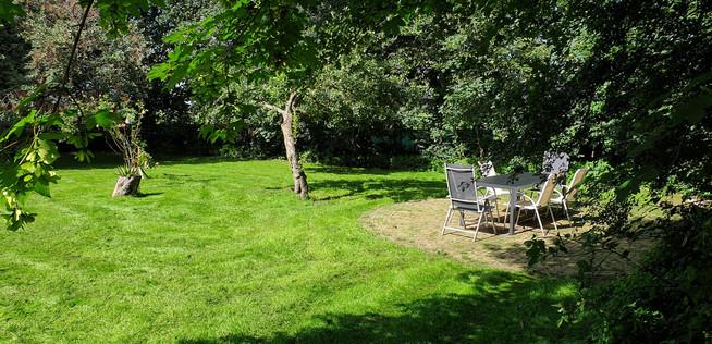 ruime besloten tuin met terrassen rondom
