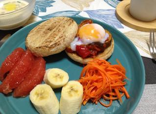 温泉卵とラタトィユをのせたマフィンサンドイッチ