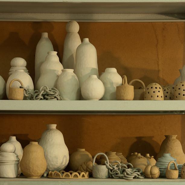 Hylla med obränd keramik