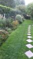 Allée pavée menant au grand jardin