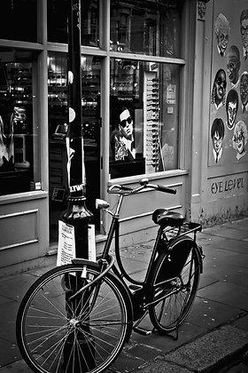 Eyes right - bike leanin'on lampost - Notting Hill