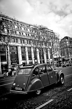 Classic 2CV - Driving down the Champs Elysee