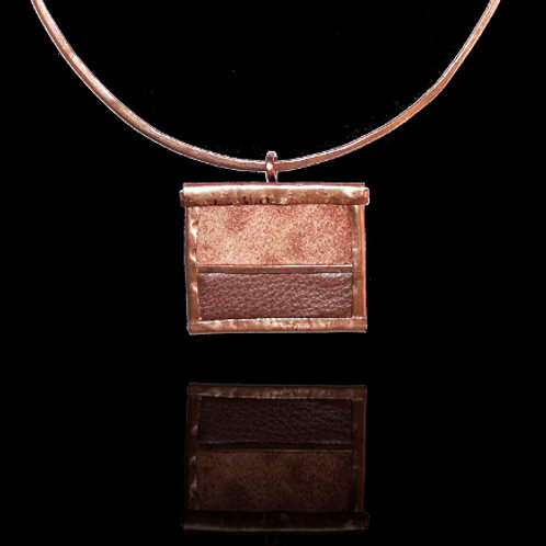 CARAMEL PENDANT AND NECKLACE