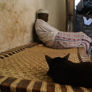 Reportážní fotografie, odpočívající Svahilec - Lamu, Keňa