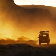 Reportážní fotografie, landrover v západu slunce - Turkana, Keňa