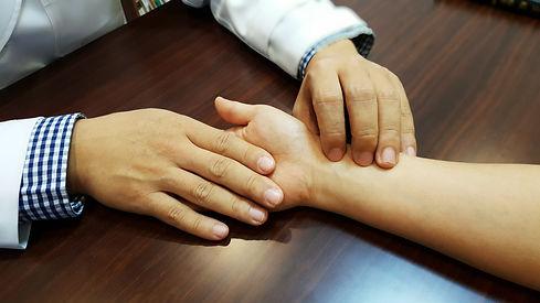 Prise du pouls radial en médécine chinoise