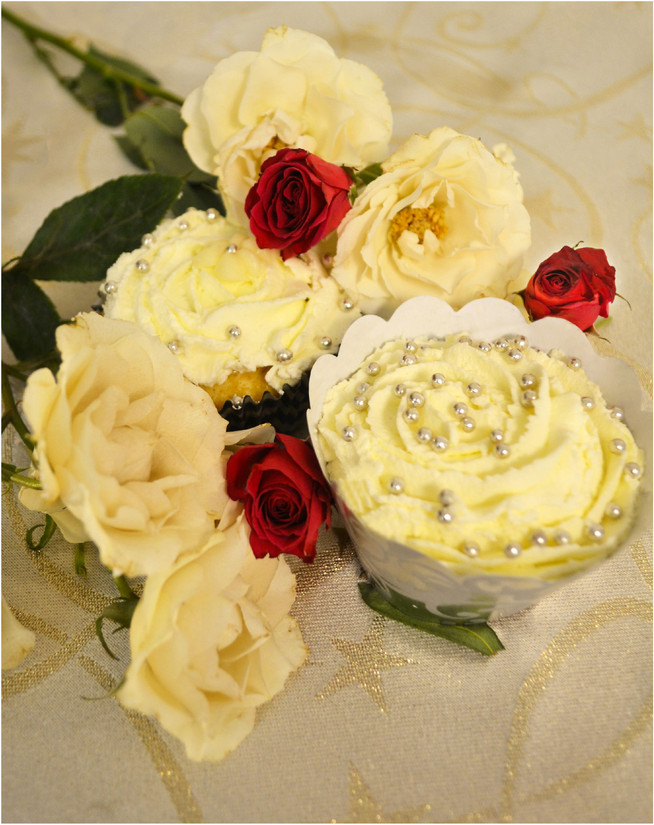 Cupcakes with Sour Cream and Raisins