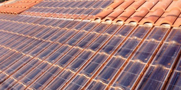 Las tejas fotovoltaicas, elementos clave de la edifición sostenible