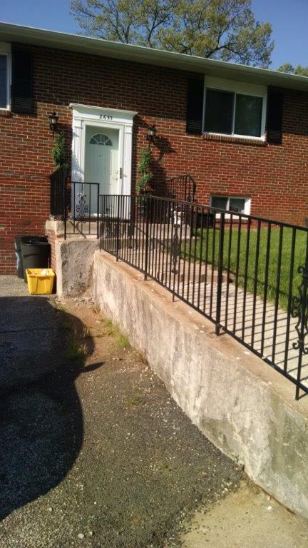 Retaining wall rail w/ panels