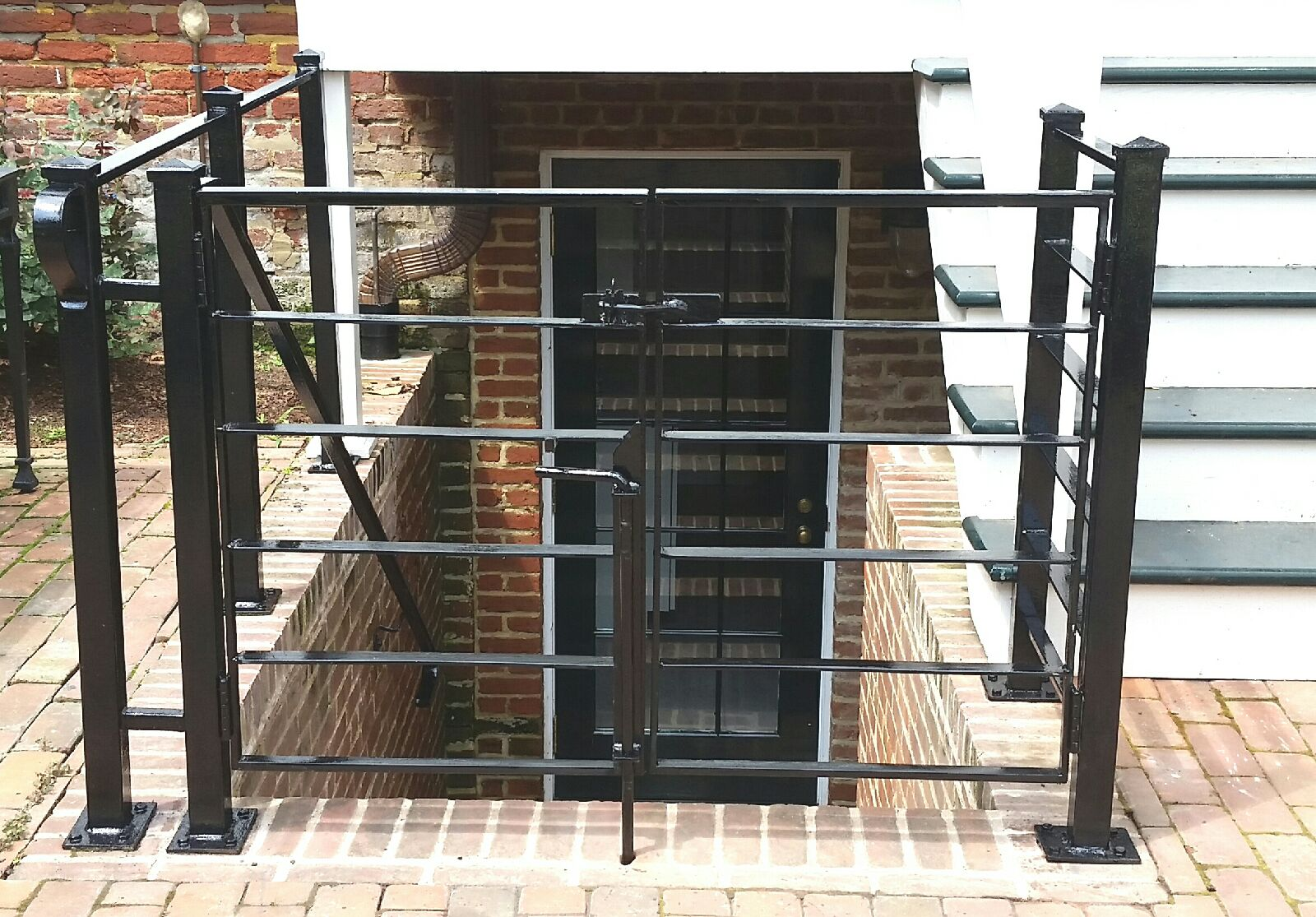 Gate with horizontal bars
