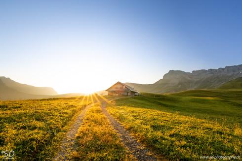 Berghütte bei Sonnenaufgang