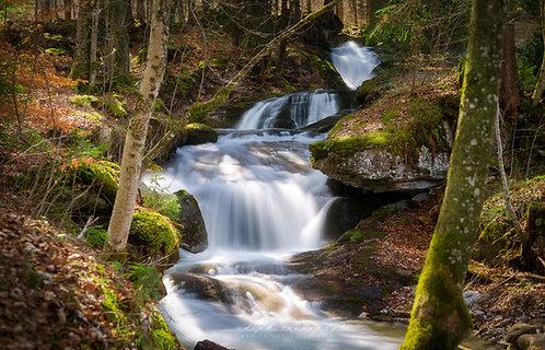 Wasserfall im Lichtspiel