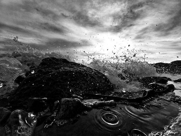 Nr.181  Wellen schlagen gegen die Reste der alten Hafenmauer am alten Strand