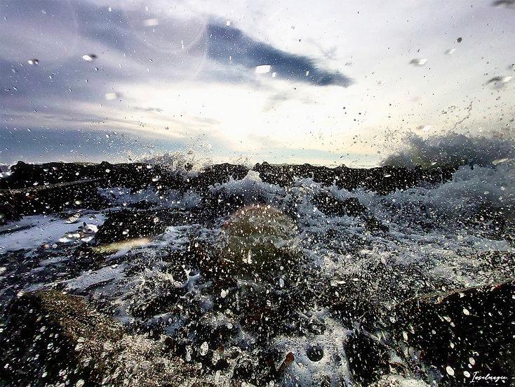 Nr.182  Wellen schlagen gegen die Reste der alten Hafenmauer am alten Strand