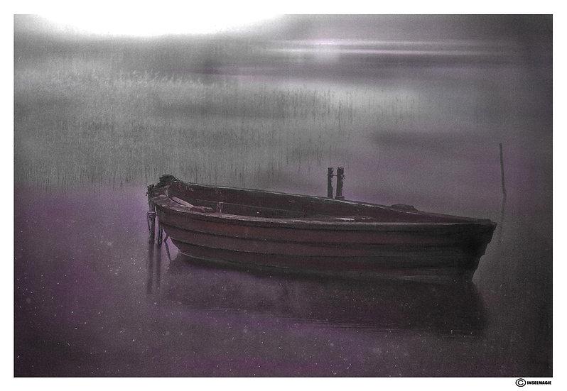 Boot im Nebel bei Nacht