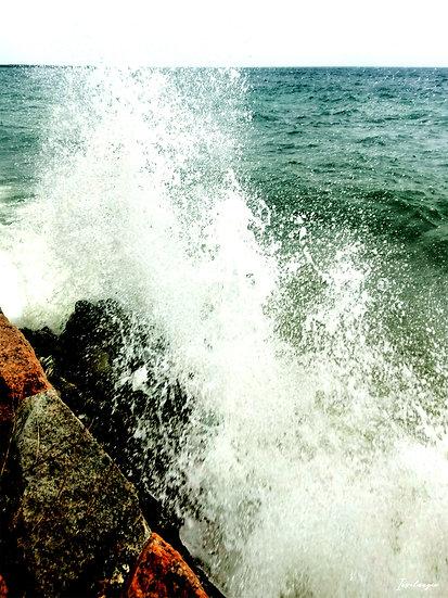Nr.31 Wellen schlagen gegen die Reste der alten Hafenmauer in Dwasieden