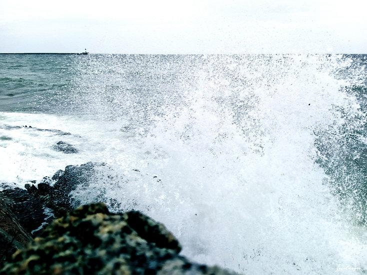 Nr.28 Wellen schlagen gegen die Reste der alten Hafenmauer in Dwasieden