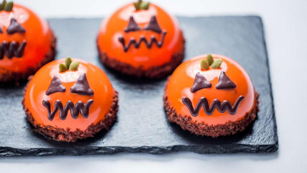 Pumpkin jack-o-lantern puddings served at bulgari hotel provide an idea for halloween themed sweets and pudding