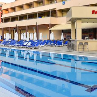 laguna-park-basen-pool-bar-806157290-1200-800.jpeg