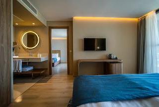 20bc7b6f83abc9ec0a7cadae37777885_Wave_resort_Family_room_side_sea_view.jpeg