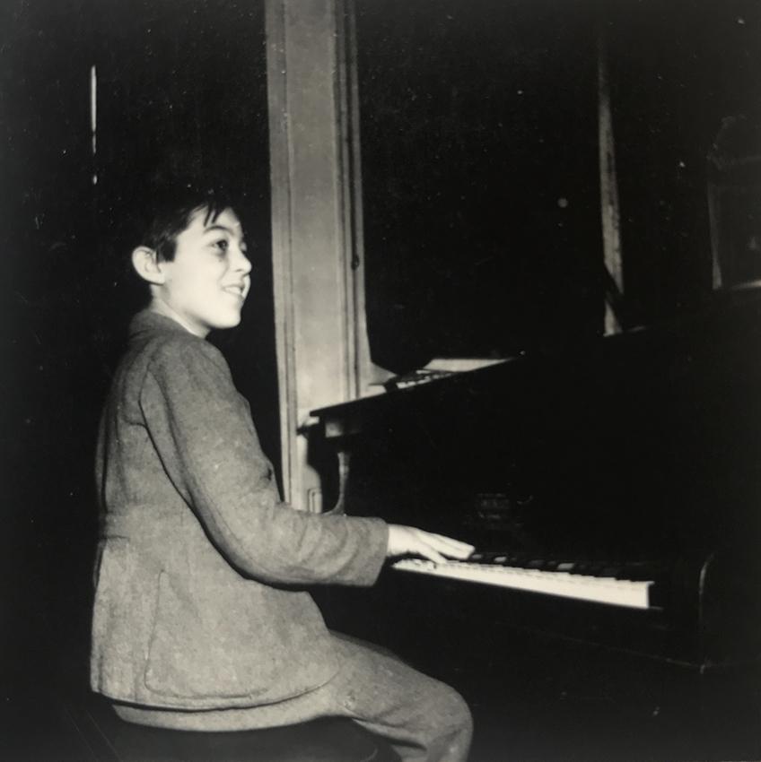 Gilou au piano.