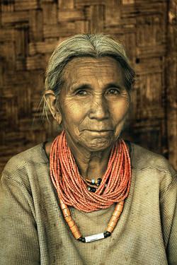 Femme Koniak aux colliers