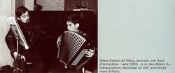 Gilou donnant un cours d'accordéon.