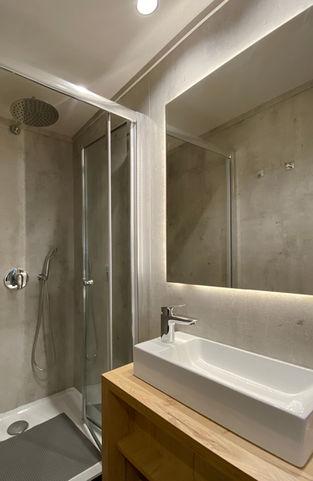 Unik indretning af badeværelset giver plads til stor brusekabine