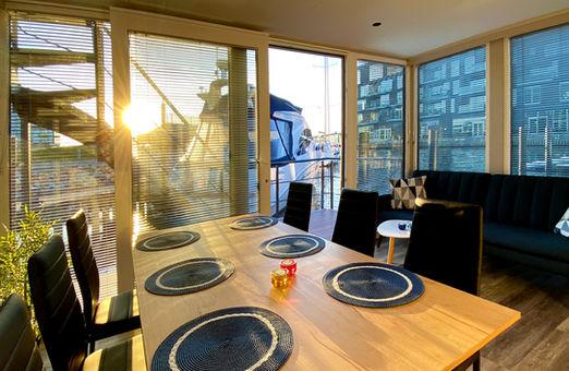 I stuen er der spisebord med plads til 6 personer