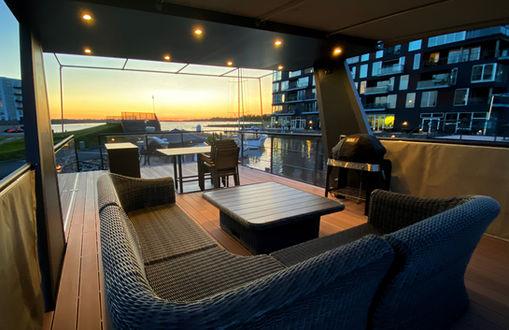 Flot solnedgang fra tagterrassen kan nydes fra den lækre sofalounge